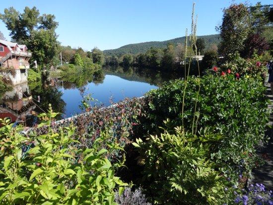 Shelburne Falls, MA: Flowers on the bridge