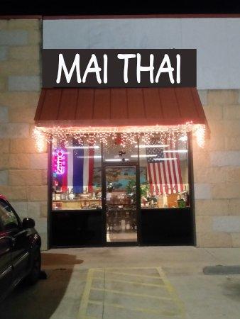 Bastrop, TX: Mai Thai Store front night