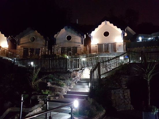 Cary Arms & Spa: beach huts behind the suite and the private pathhway at night