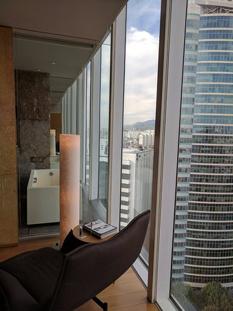 Park Hyatt Seoul: Room opens up to glass view of bathroom, all round open super