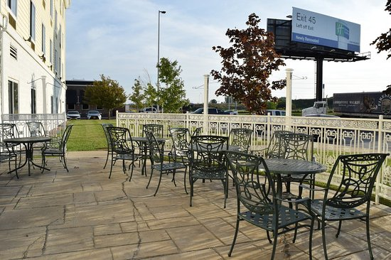 Holiday Inn Express Hotel & Suites Watertown-Thousand Islands: Great Room Patio seating
