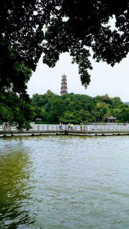 Huizhou, Cina: Tower at West Lake