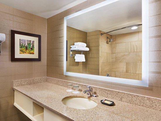 Lakewood, CO: Standard Guest bathroom