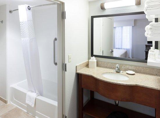Tulare, CA: Suite Guest Bathroom