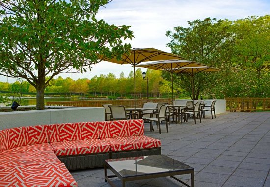 Gaithersburg, MD: Outdoor Patio Seating Area