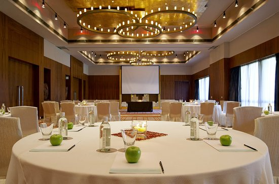 Sohna, Índia: The Westin Vatika Ballroom - Round Table Setup