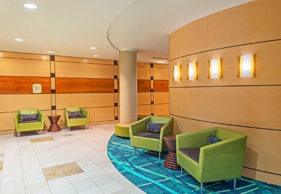 Longmont, CO: Warm and Welcoming Lobby