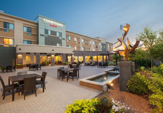 Mankato, MN: Outdoor Courtyard