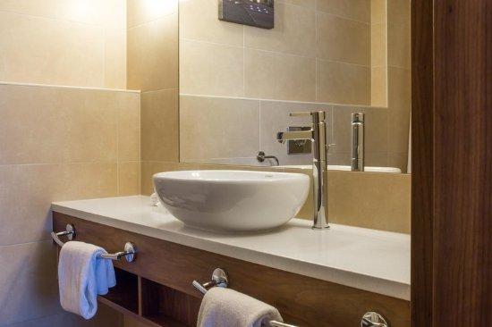 Hilton Garden Inn Hotel Krakow: HGI bathroom