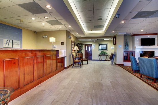 Holiday Inn Express Dahlonega: Hotel Lobby Entrance