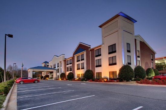 Holiday Inn Express Dahlonega: Hotel Exterior Full view
