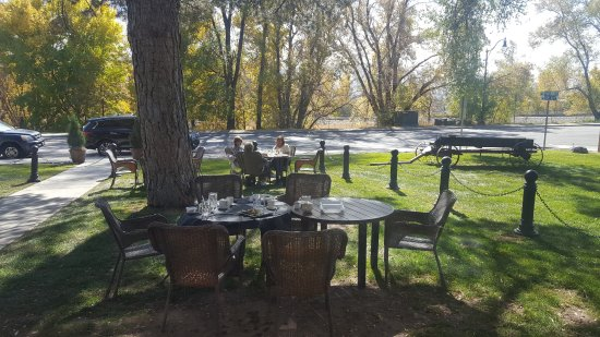 Draper, UT: Dining area on the lawn