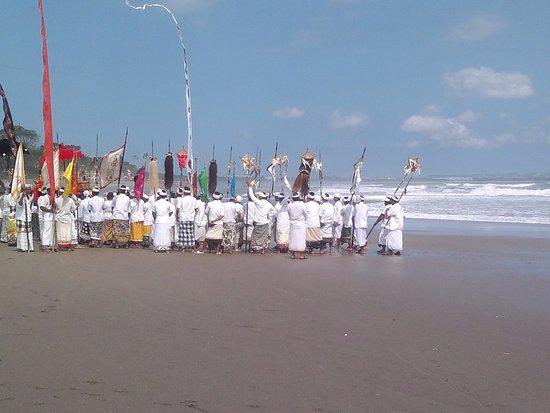 Kerobokan, Indonesia: Церемония на берегу океана возле храма.