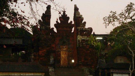 Kerobokan, Indonezja: Одни из главных ворот в храм.