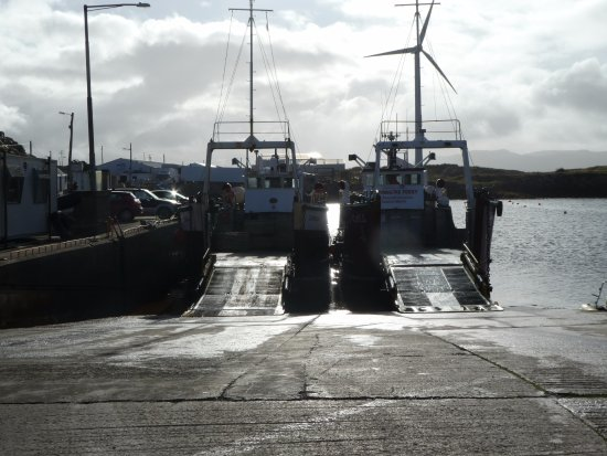 Burtonport, Irlanda: entry ramp for red ferry
