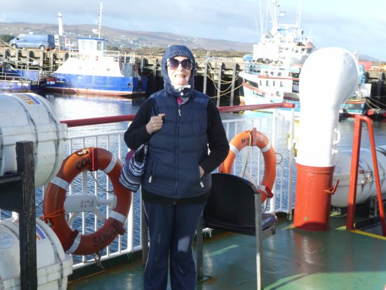 Burtonport, Irlanda: top deck of red ferry