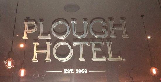 Footscray, Australia: Aussies Enjoy Dinner at Plough Hotel
