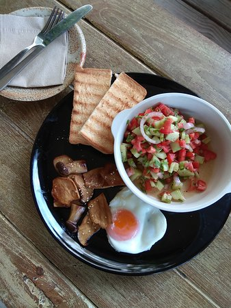 Lamphun, Tailandia: A fresh salsa bowl and grilled muchroom serve with toast&egg.
