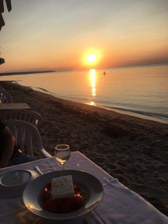 Peraia, Greece: Restaurant de l'hôtel pieds dans le sable face au coucher de soleil.. un rêve