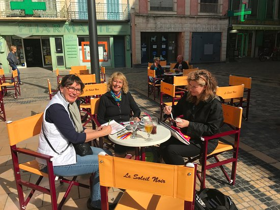 Quarante, Francia: Sketching people in the center of Narbonne