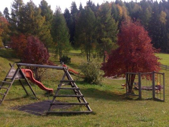 Renon, Italy: Spielplatz vor dem Hotel