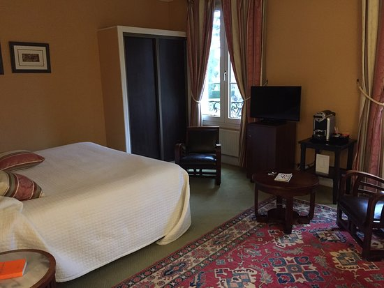 Sully, France: room