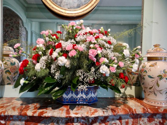 Villandry, Fransa: Red marble mantle adds drams to the arrangement