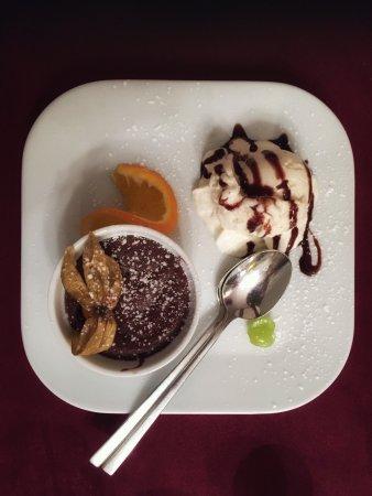 Kartoffelhaus : Warmer, innen flüssiger Schokoladenkuchen mit feiner Vanille-Eiscreme vom Bauernhof - ein Traum