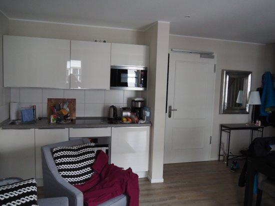 Hotel Kuenstlerquartier Seezeichen: Küche und Eingangsbereich