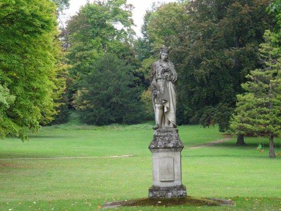 Chapelle royale Saint-Louis : Statue dans le parc