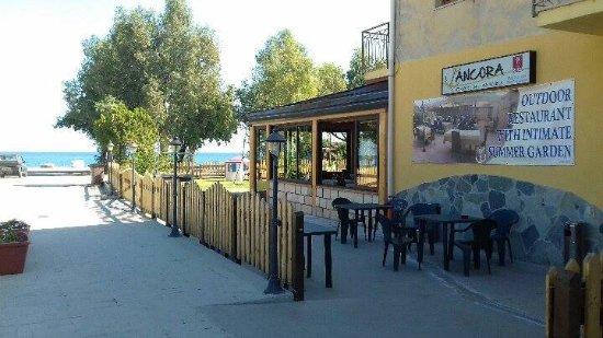 A pochi passi dal mare di Badolato, in provincia di Catanzaro, sorge il Ristorante L' Ancora.