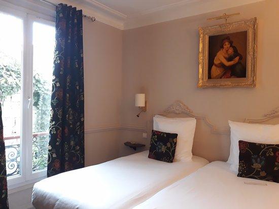 Hotel de la Porte Doree : Our superior twin room