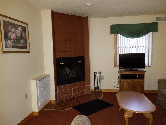 Wyndham Shawnee Village Resort: Part of living room showing fireplace
