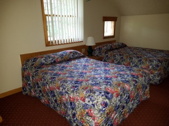Wyndham Shawnee Village Resort: Partial view of one bedroom with 2 beds--which also had TV set/drawerset