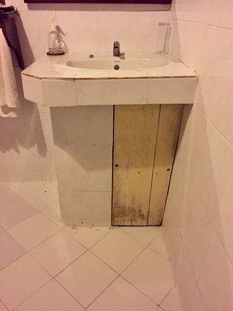 ปากเบ็ง, ลาว: Bathroom Sink