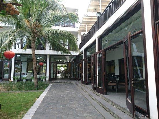 River Beach Resort: Cour interne hôtel