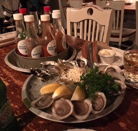 Rodney's Oyster House: 5種類のソースと生牡蠣。