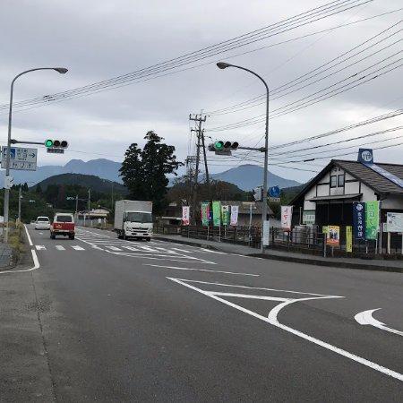 Michi-no-Eki Takeda: 道の駅の向こうには、九重連山、左が久住山、右が大船山 久住ドライブの休憩と土産に寄る