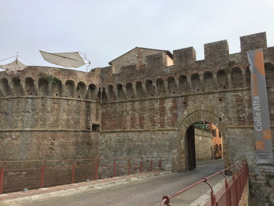Colle di Val d'Elsa, อิตาลี: portal at one end of the town