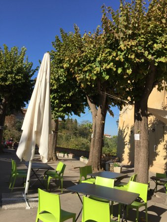 Colle di Val d'Elsa, อิตาลี: One of the lovely squares with a fountain and cafe