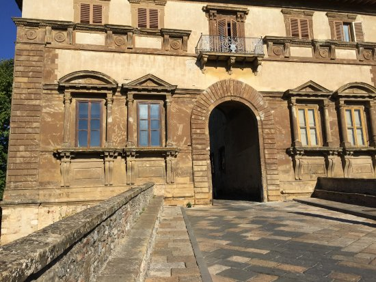 Colle di Val d'Elsa, อิตาลี: the opposite end of town, palace entrance