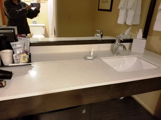 Wenatchee, WA: Lots of counter space with sink located outside bathroom