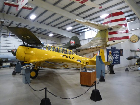 Goffs, Kanada: A corner of one of the halls with a Catalina awaiting restoration hiding at the back
