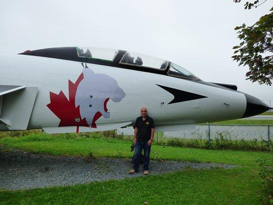 Goffs, Kanada: Sad plane geek dwarfed by F-101 Voodoo
