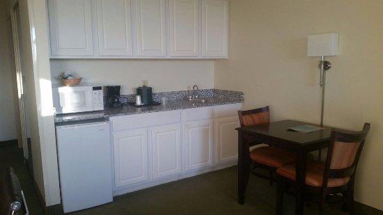 Comfort Suites Maingate East: Living room/kitchenette area of deluxe king room
