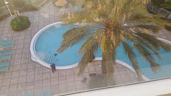 Comfort Suites Maingate East: 6th floor, pool view