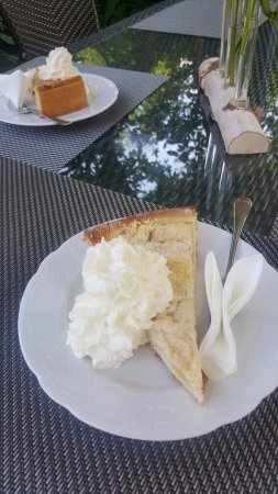 Happurg, Germany: Apple cake from the vast choice.