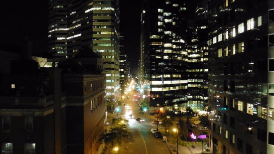 Hotel Le Germain Montreal: Night view from the room looking east along Avenue du Président-Kennedy