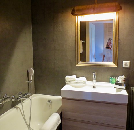 Le Coucou Hotel Restaurant & Lounge-Bar: Baño