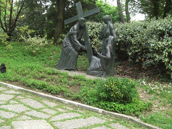 Santuario Madonna di Lourdes del Beato Claudio: via crucis